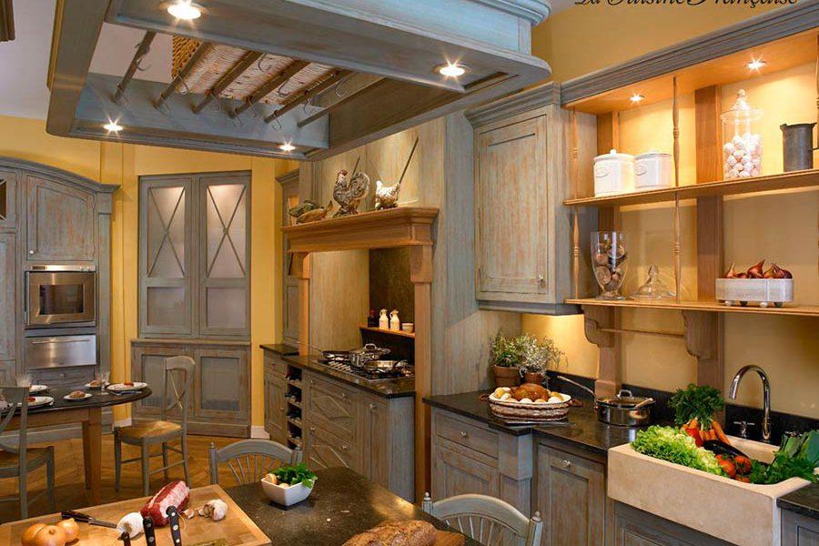 Cuisine provençale équipée bois chez La Cuisine Française
